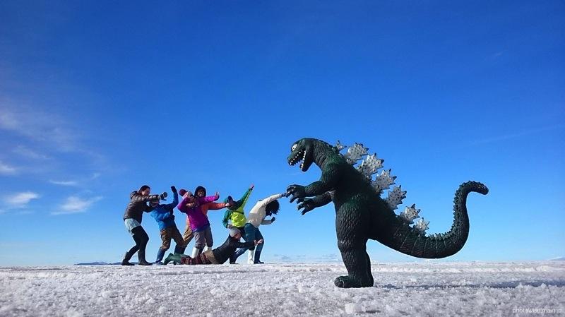 ウユニ塩湖で怪獣と遭遇