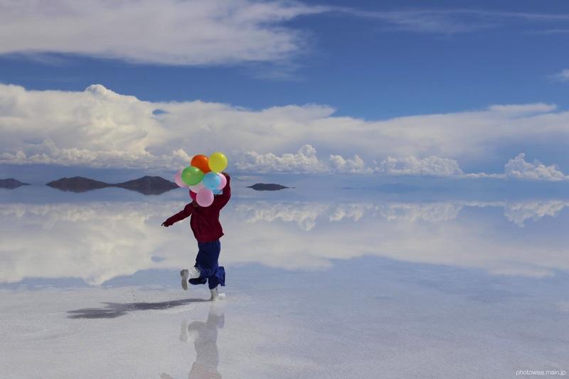 ウユニ塩湖で風船