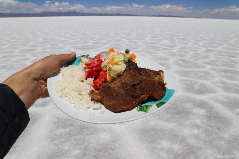 ウユニ塩湖でリャマ肉をいただく