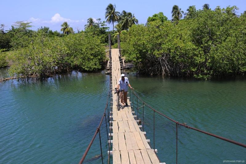 Playa Blancaへ至る道(吊り橋)