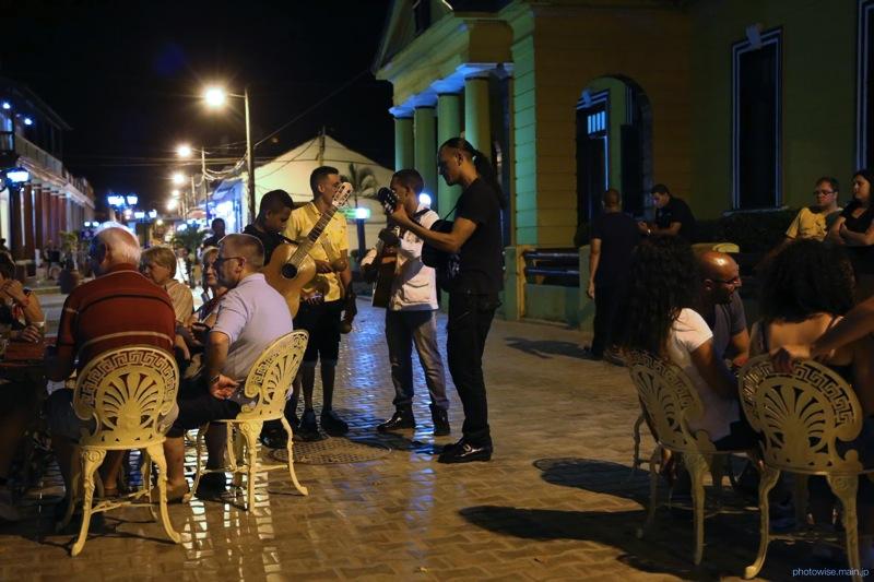 街角で演奏を楽しむ人たち
