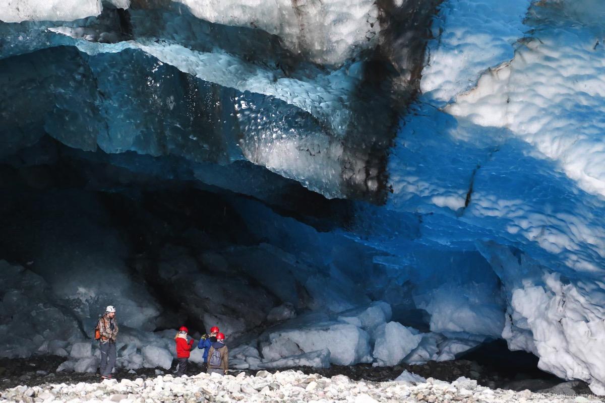 氷の洞窟の中へ