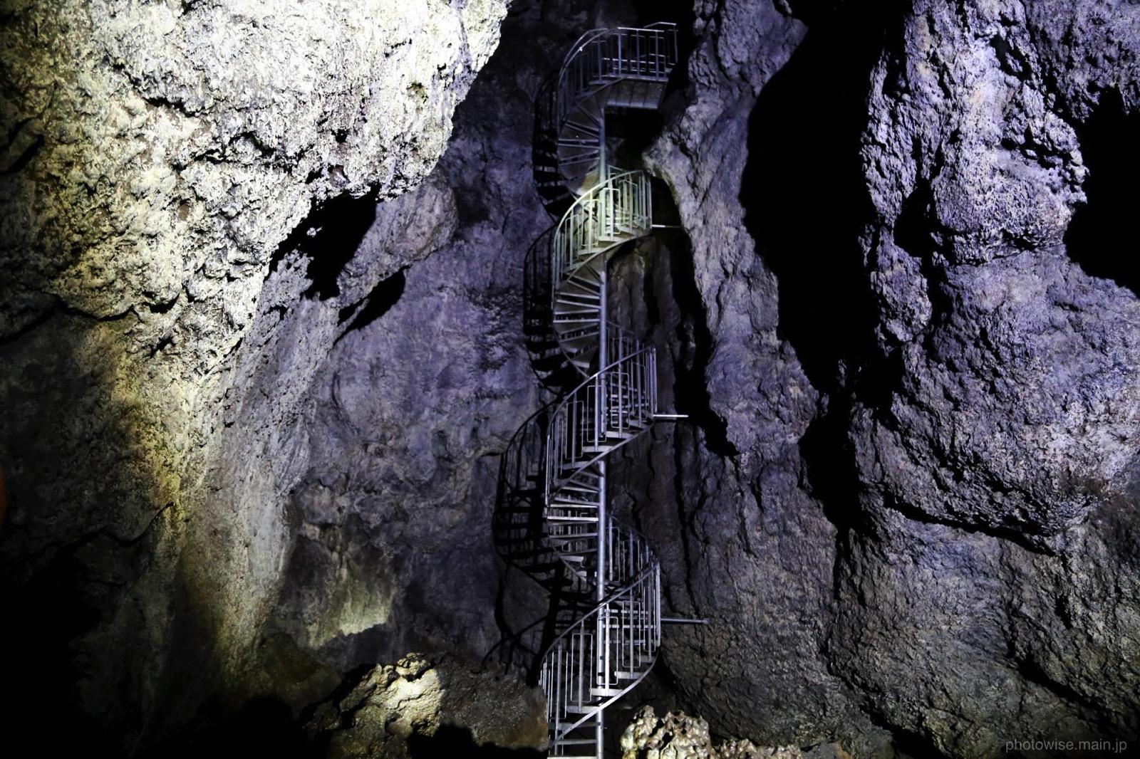 VatnshellirCave_stairs