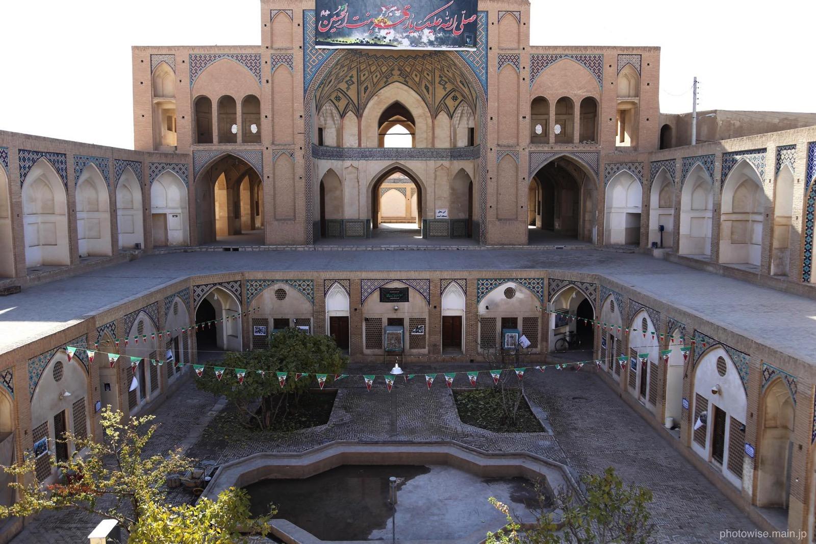 Agha Bozorg Mosque内部