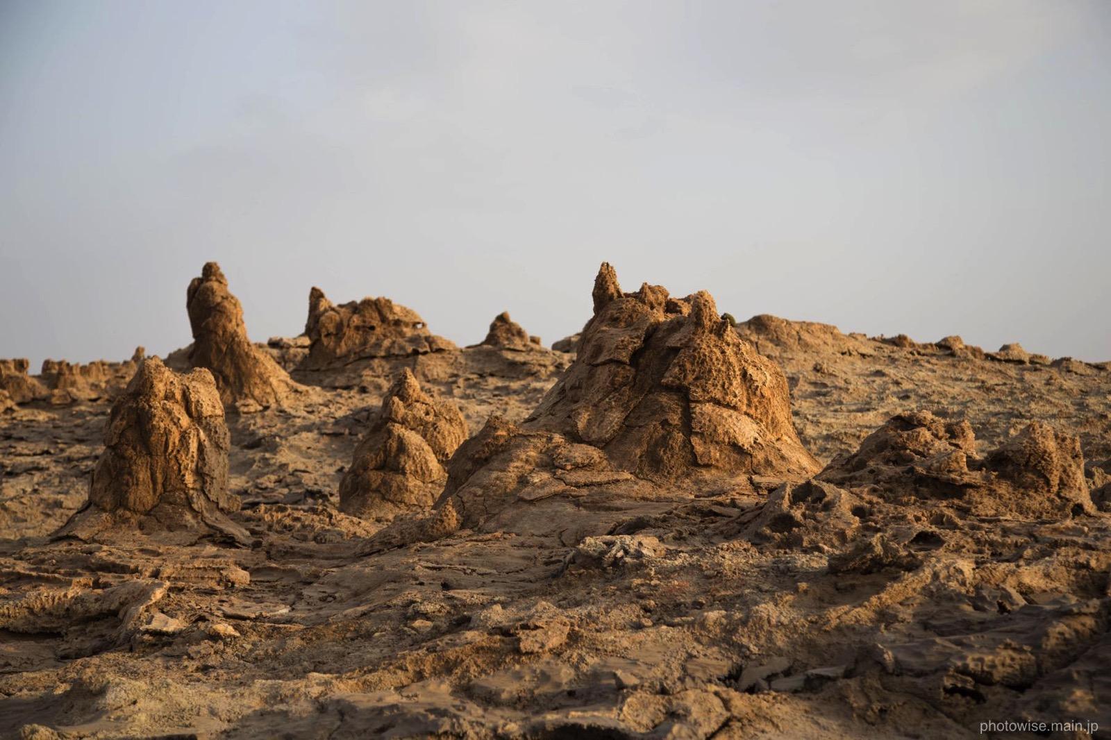隆起した岩