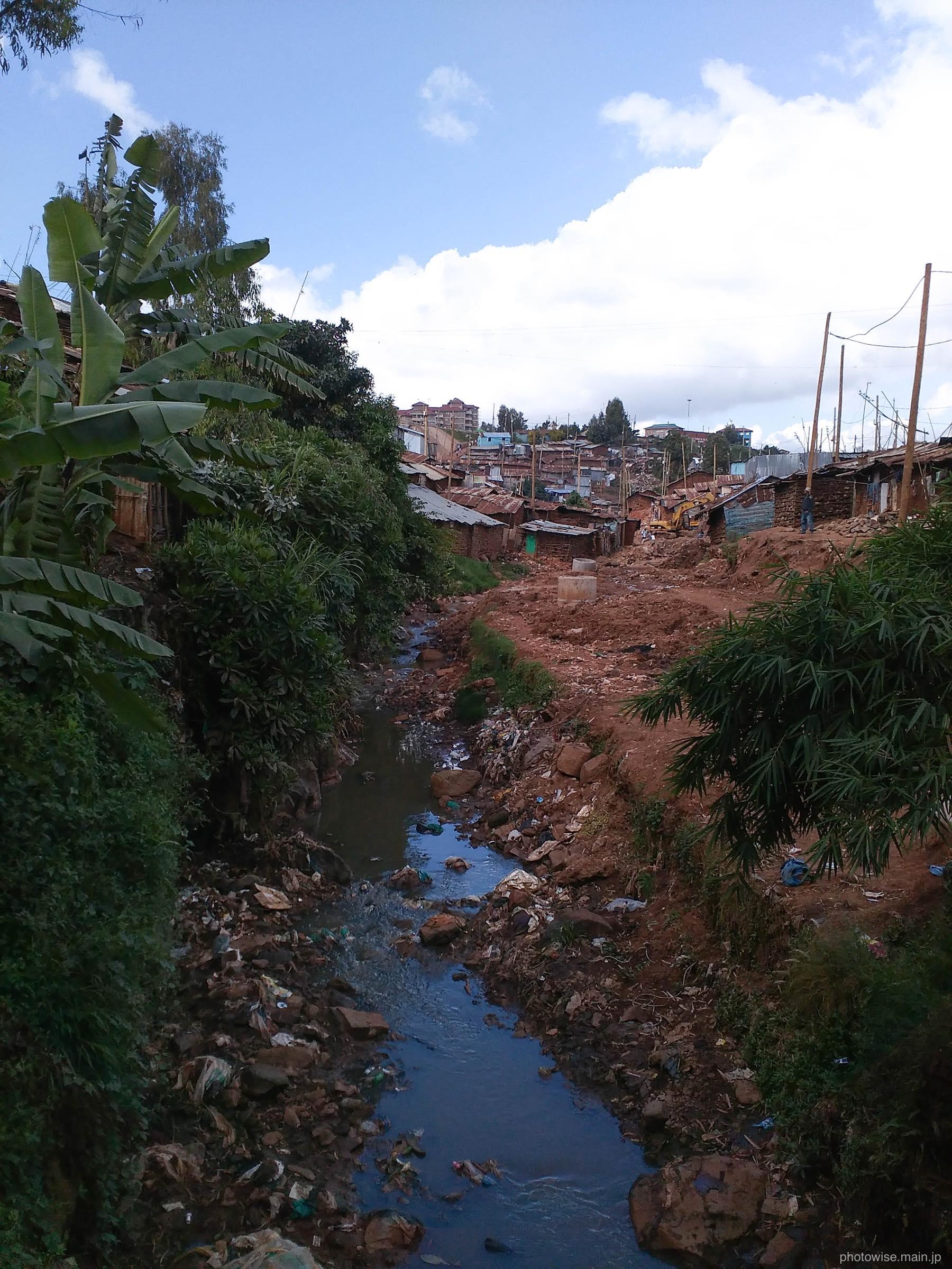 キベラに流れる川
