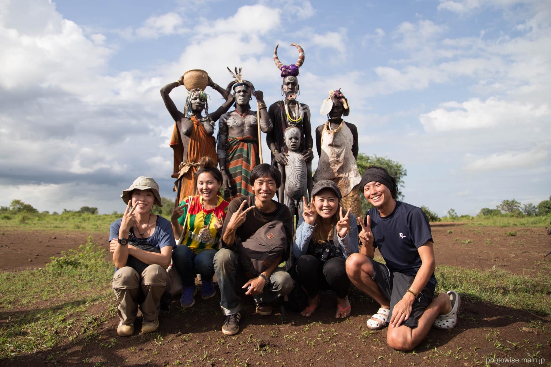ムルシ族と記念撮影