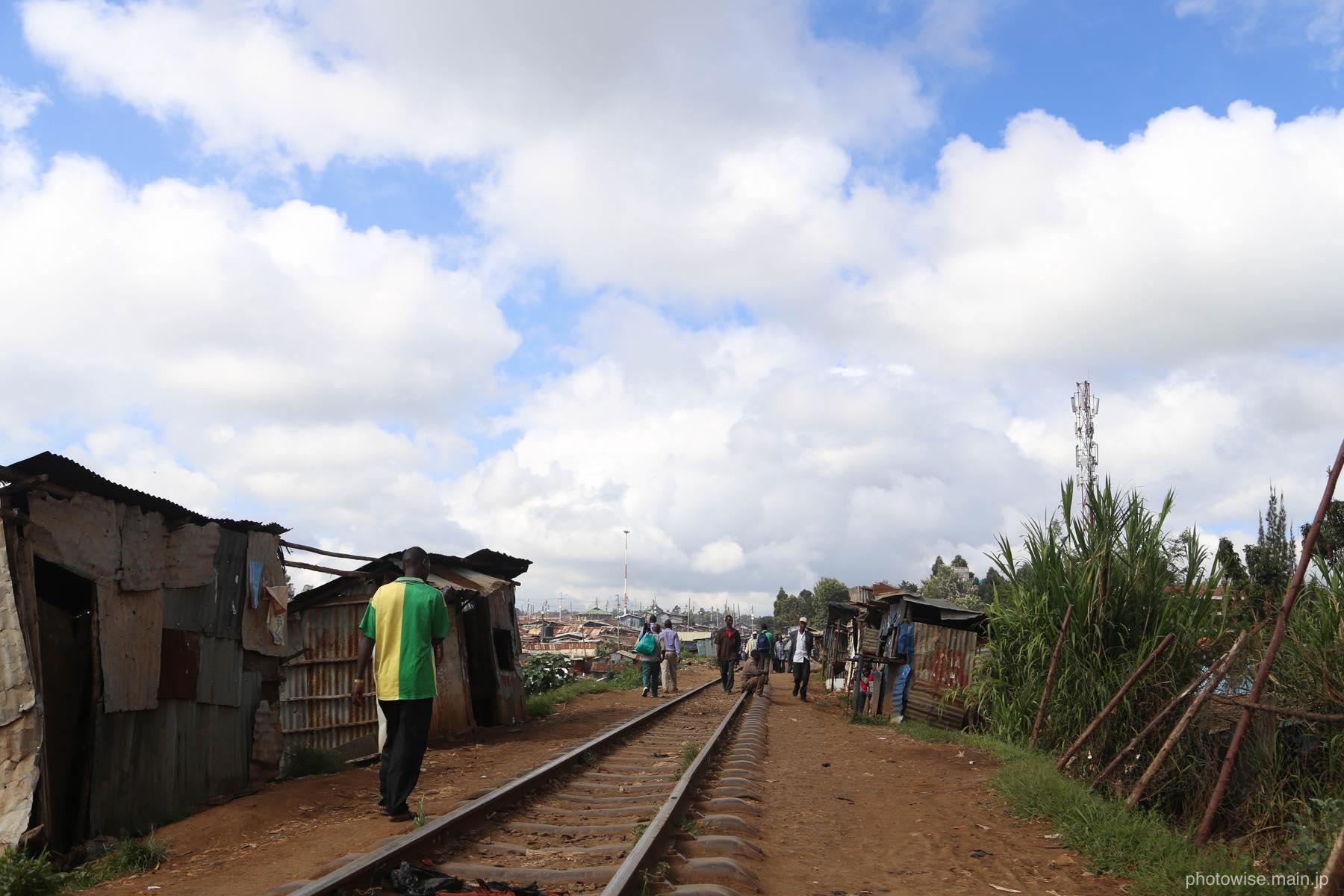 キベラスラム内を通る鉄道