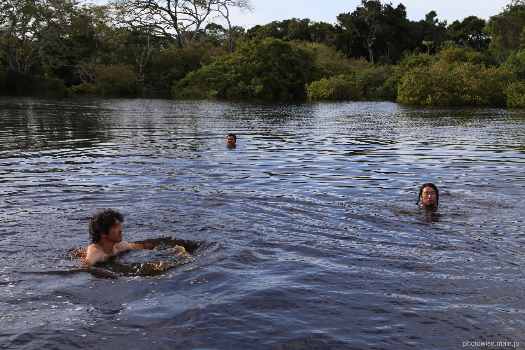 アマゾン川でスイミング