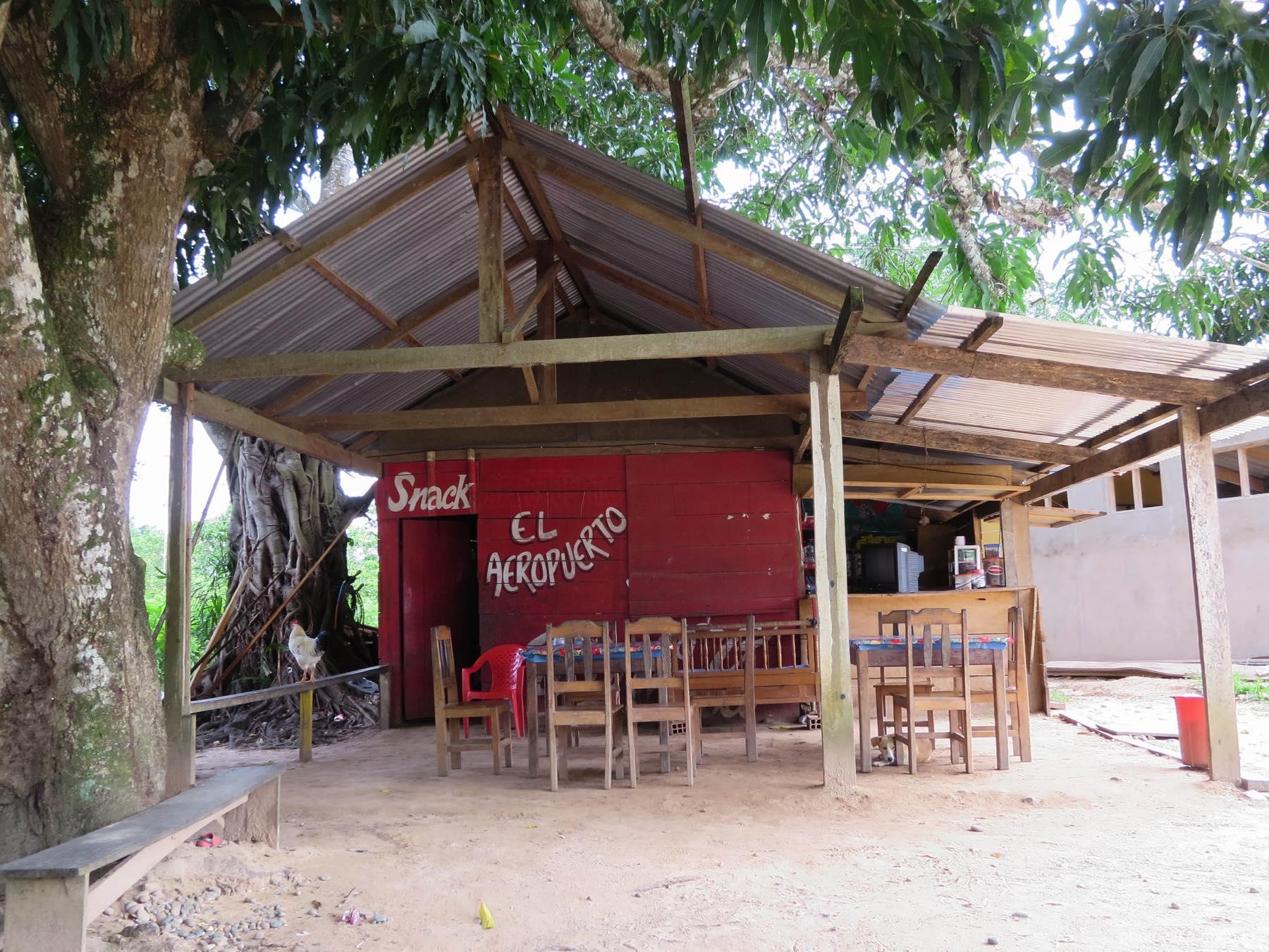 空港前のカフェ