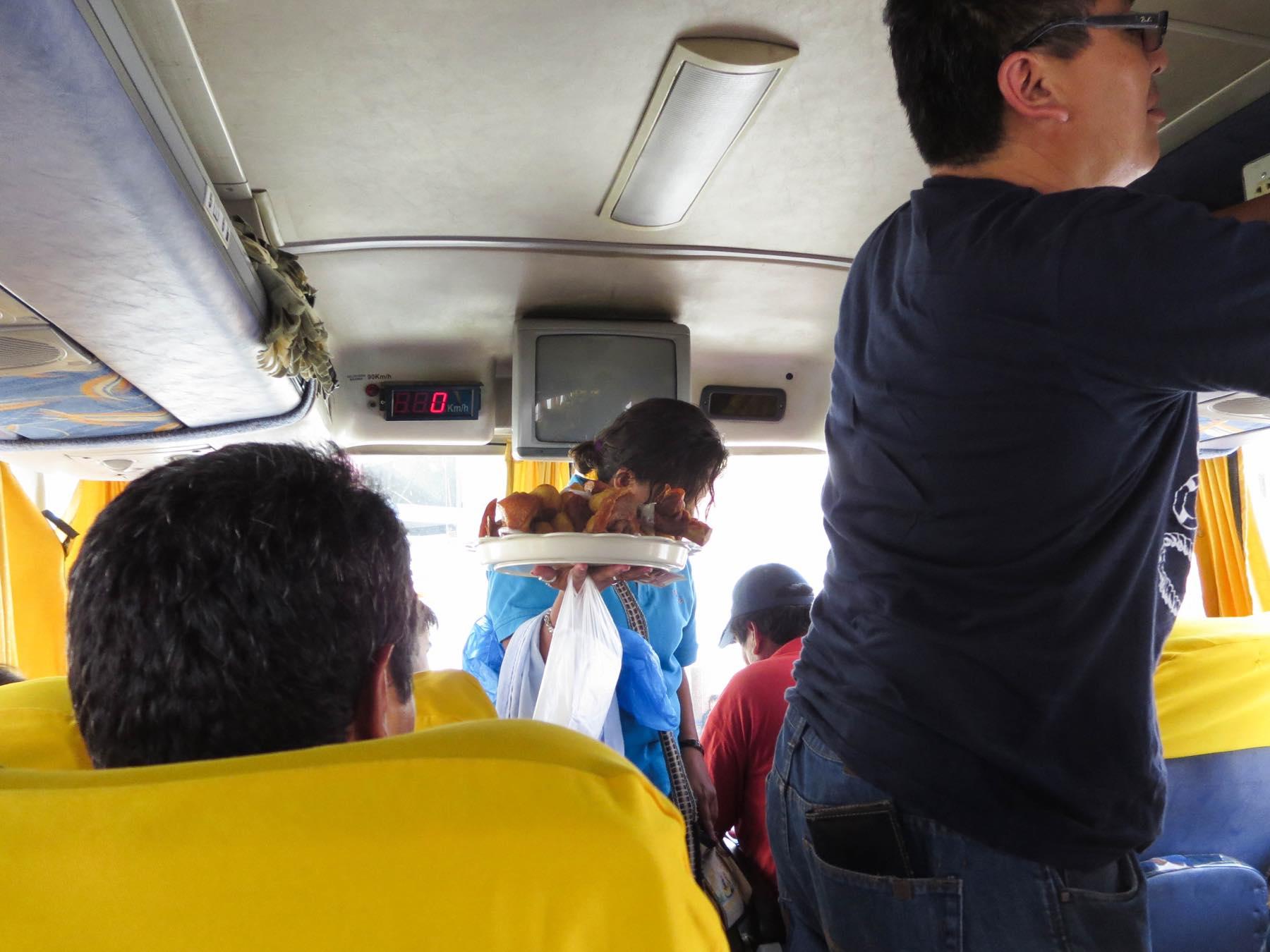 バス内の売り子