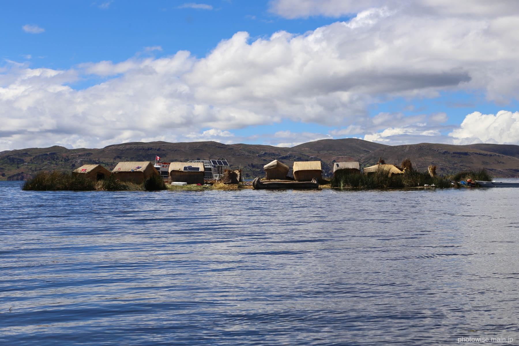 ウロス島を沖から眺める