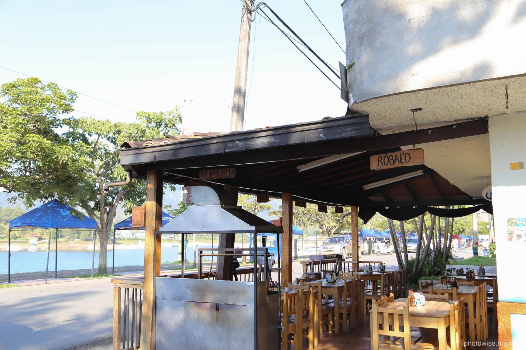 湖畔のレストランへ