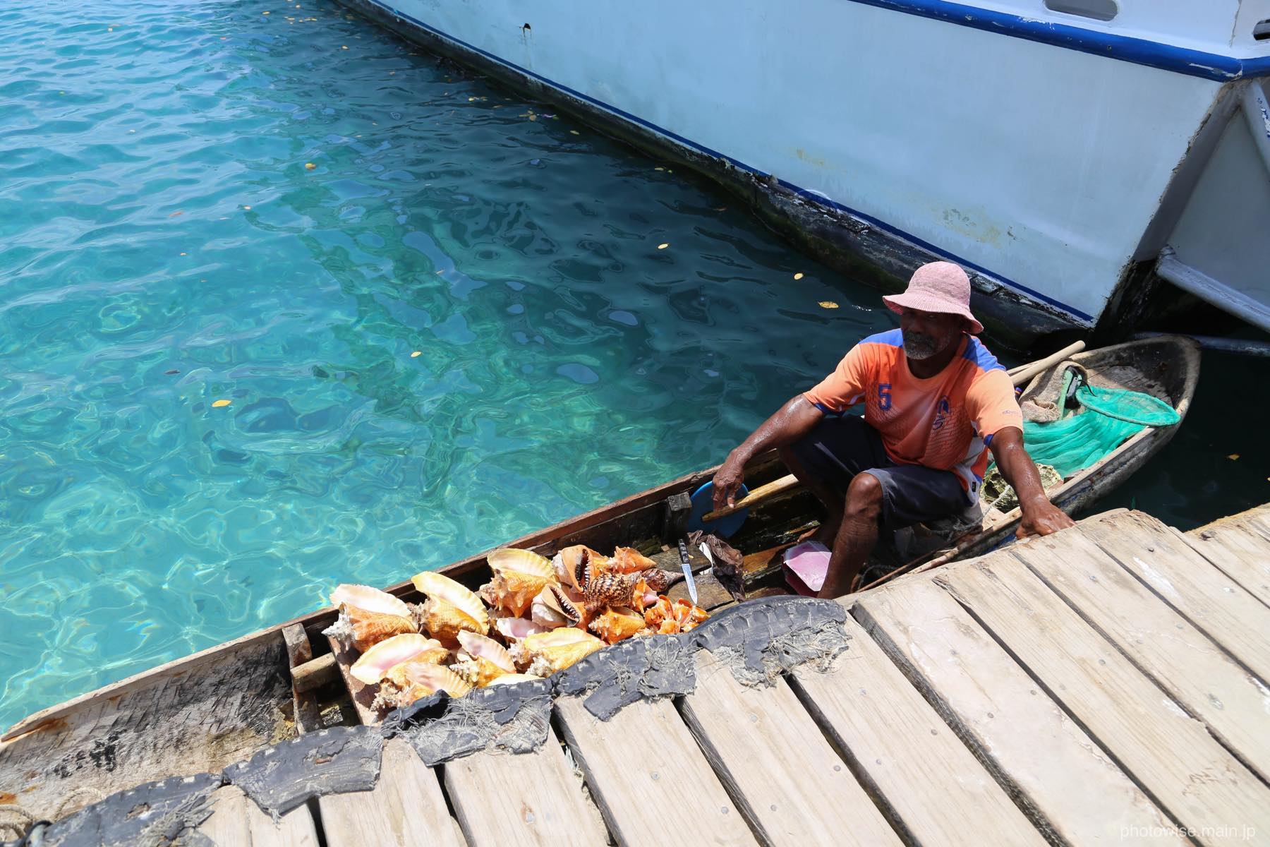 コンク貝を売る男性