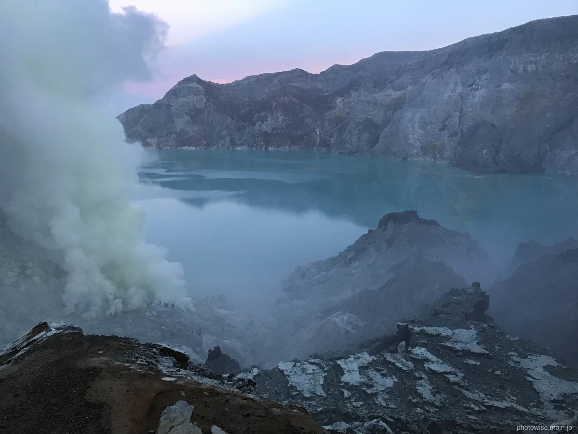イジェン火山の湖