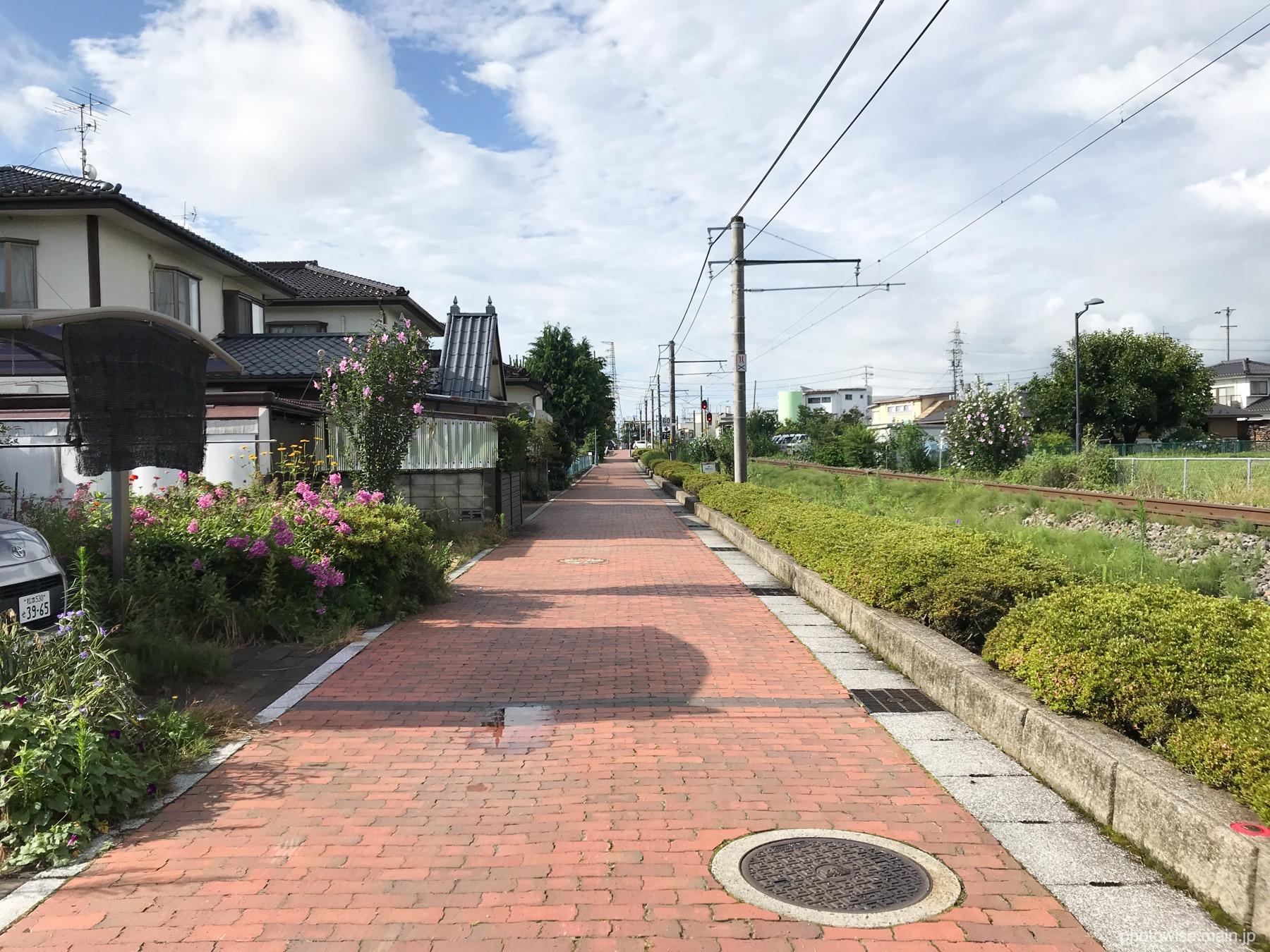 線路脇の歩道