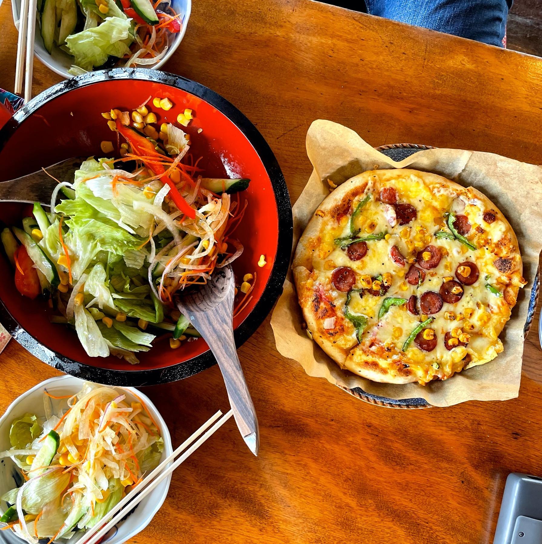 花人逢のピザとサラダ